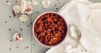 fazole s chia semínky a česnekem