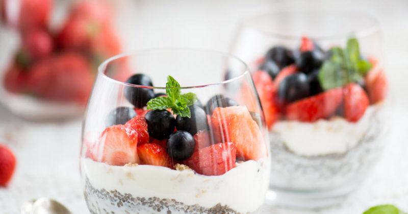 chia pudink s ovocem a jogurtem
