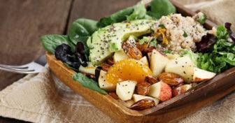 talíř s quinoou, ovocem, avokádem, ořechy a chia semínky