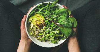 miska zeleniny s avokádem a semínky