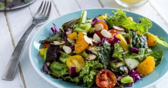 zeleninový salát posypaný chia semínky