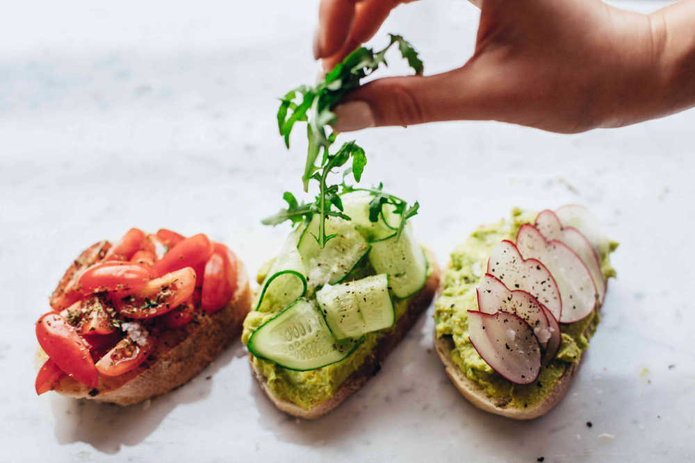 zdravé jídlo toasty s avokádem a zeleninou